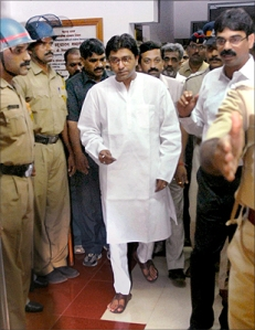 Raj Thackeray on his way to a brief stay in jail - Oct 21, 2008
