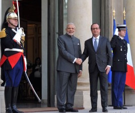 Indian-Prime-Minister-Narendra-Modi-with-the-President-of-France-Mr.-Francois-Hollande-in-Paris-on-April-10-2015.-300x232