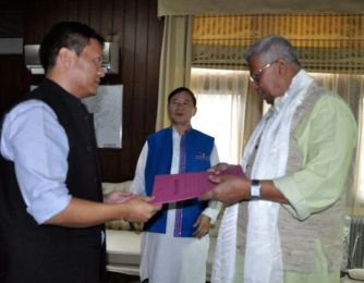 New-LP-leader-handing-over-the-MLAs-letter-of-support-to-Governor-Tathagata-Roy-even-as-the-incumbent-m-Nabam-Tuki-looks-at-at-Raj-Bhavan-in-Itanagar-on-Saturday